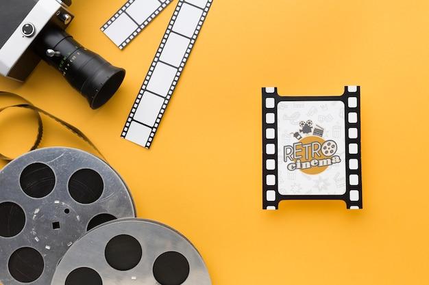 Bovenaanzicht filmschijven en oude camera Gratis Psd