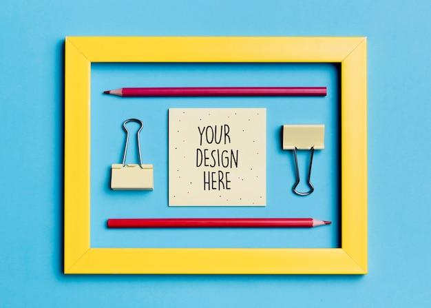 Bovenaanzicht frame met paperclips en potloden Gratis Psd