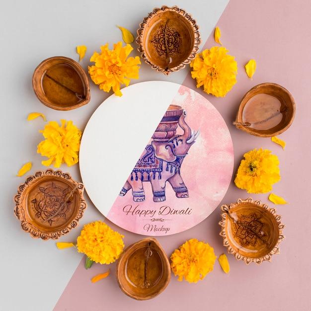 Bovenaanzicht gelukkige diwali festival mock-up bloemen en kaarsen Gratis Psd