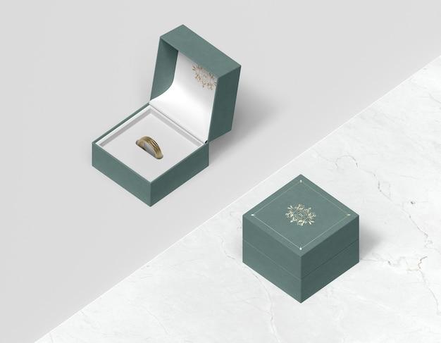 Bovenaanzicht geschenkdoos met deksel en ring aan de binnenkant Gratis Psd