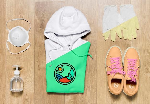 Bovenaanzicht gevouwen hoodie mock-up met schoenenmasker en handschoenen Gratis Psd