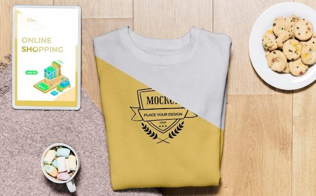 Bovenaanzicht gevouwen hoodie mock-up met snacks Gratis Psd