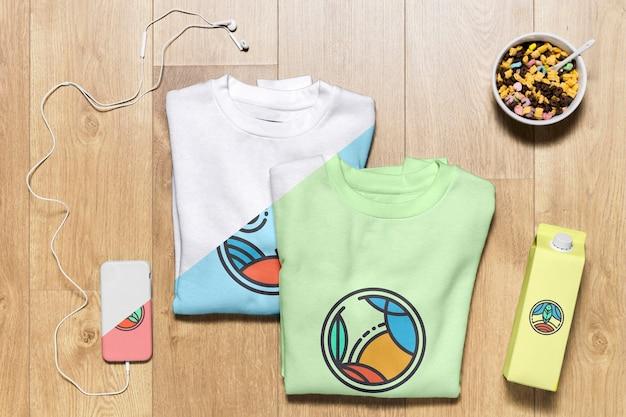 Bovenaanzicht gevouwen hoodies mock-up met telefoonhoes, fles en snack Gratis Psd