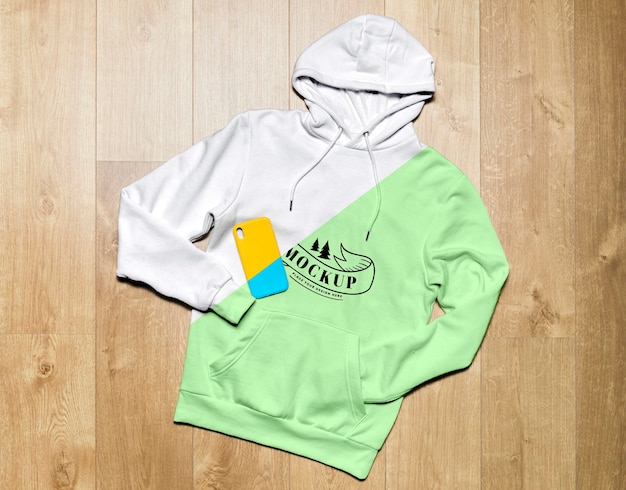 Bovenaanzicht groene hoodie mock-up met telefoonhoesje Gratis Psd
