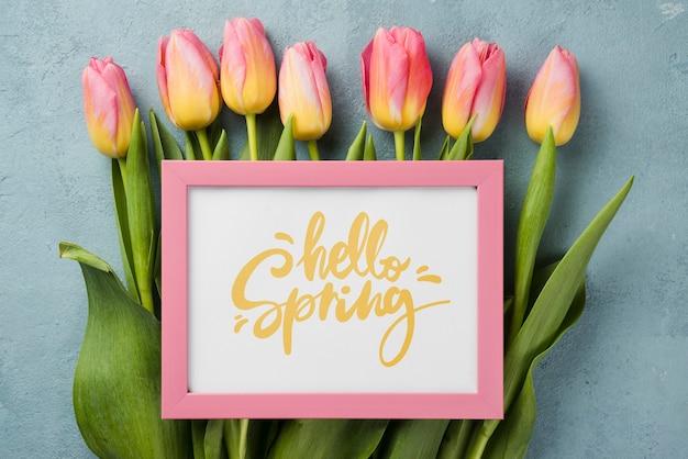 Bovenaanzicht hallo lente mockup met bloemen Gratis Psd