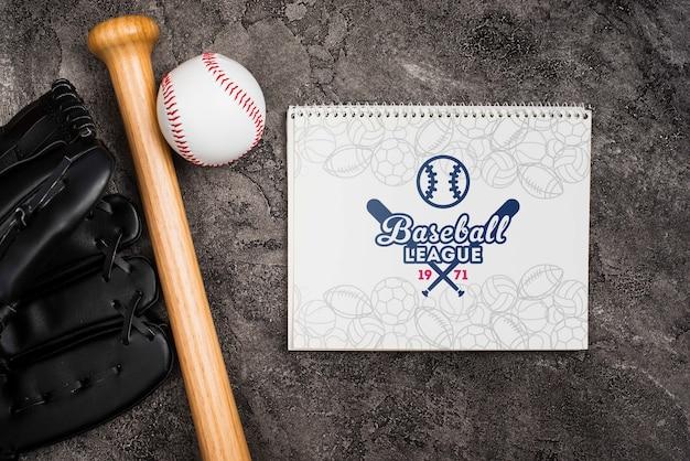 Bovenaanzicht honkbalknuppel met handschoen en bal Gratis Psd