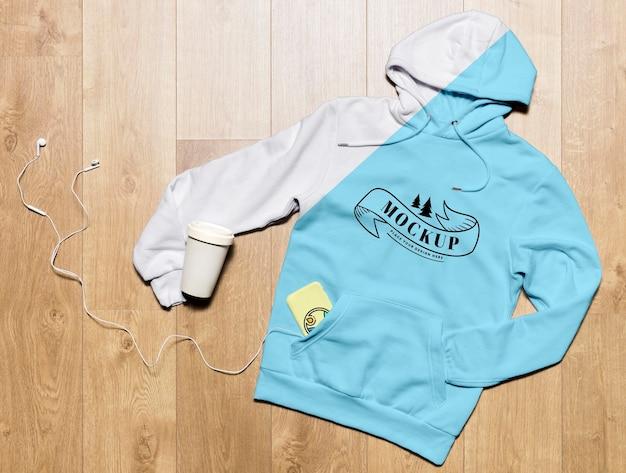 Bovenaanzicht hoodie mock-up met koffiekopje en telefoonhoesje Gratis Psd