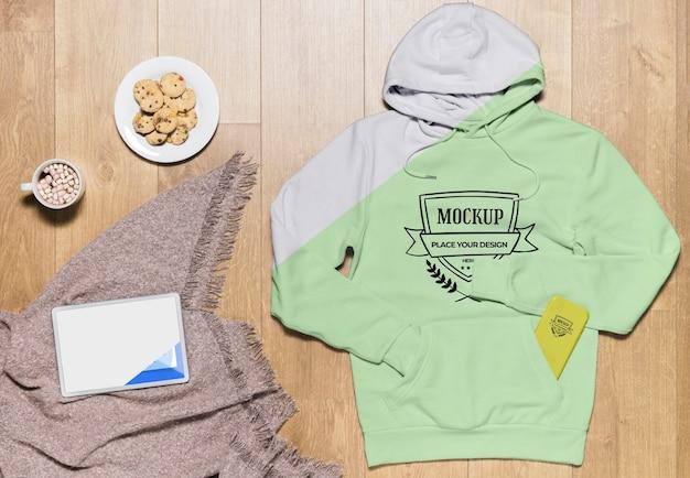 Bovenaanzicht hoodie mock-up met snack en tablet Gratis Psd