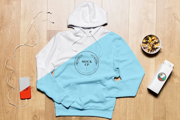 Bovenaanzicht hoodie mock-up met telefoon en snack Gratis Psd