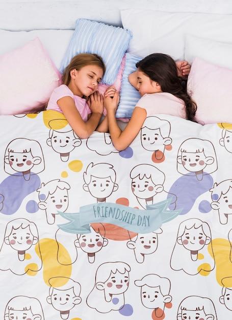 Bovenaanzicht kinderen slapen met deken mock-up Gratis Psd