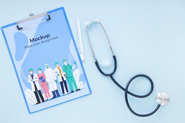 Bovenaanzicht klembord met verpleegkundigen en artsen Gratis Psd