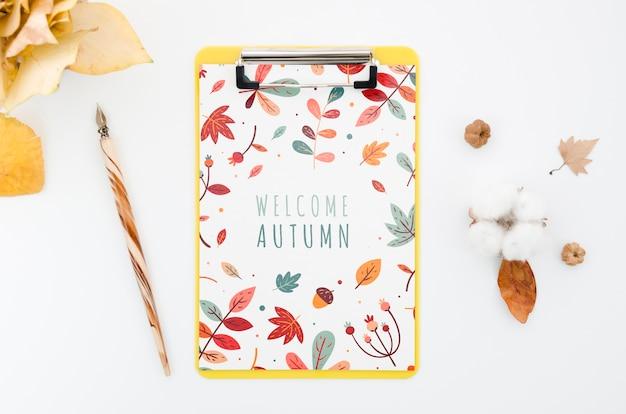 Bovenaanzicht klembord mock-up met welkome herfst Gratis Psd