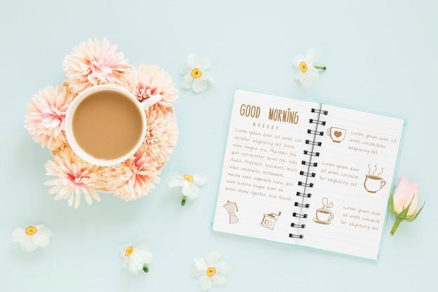 Bovenaanzicht kopje koffie met bloemen Gratis Psd