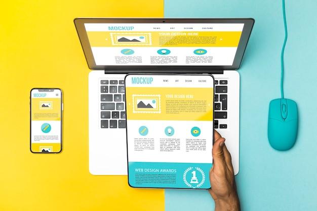 Bovenaanzicht laptop, muis, telefoon en tablet Gratis Psd