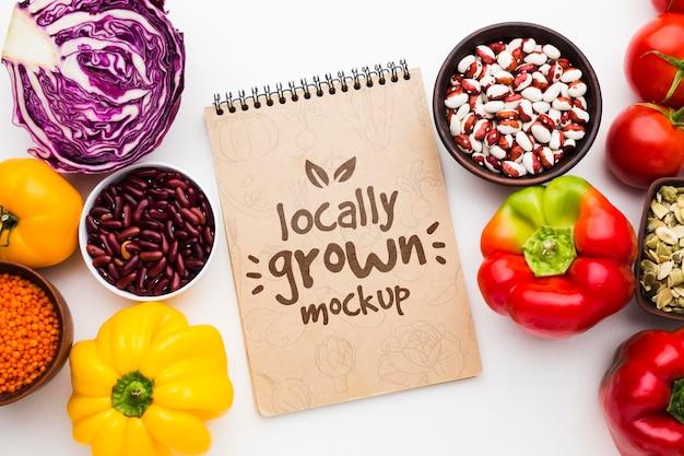 Bovenaanzicht lokaal geteelde groenten mock-up Premium Psd
