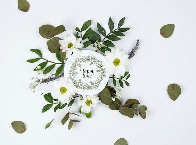 Bovenaanzicht madeliefjes en bladeren inlijsten mockup Gratis Psd