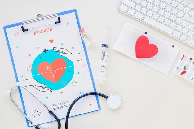 Bovenaanzicht medische stethoscoop met mock-up Gratis Psd