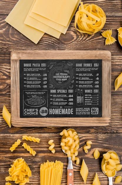 Bovenaanzicht menu en pasta arrangement Gratis Psd