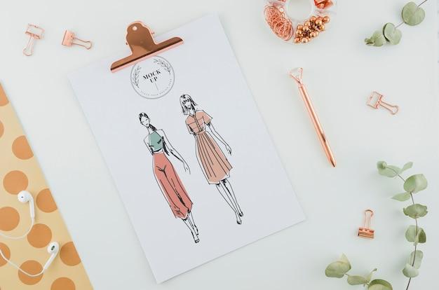 Bovenaanzicht mode puttend uit klembord Gratis Psd