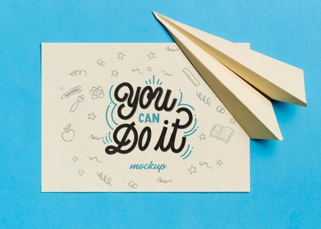 Bovenaanzicht motiverende citaat met papieren vliegtuigje Gratis Psd