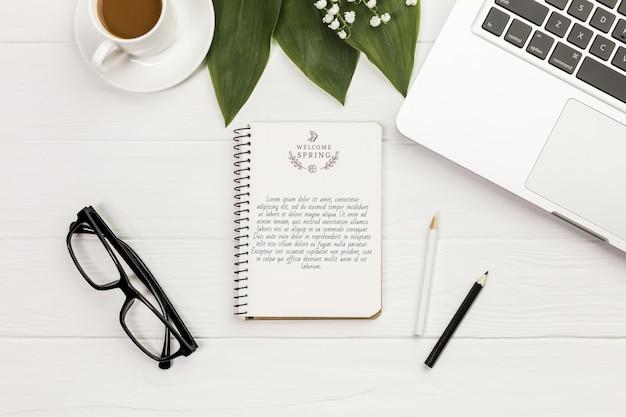 Bovenaanzicht notebook met bril en laptop Gratis Psd