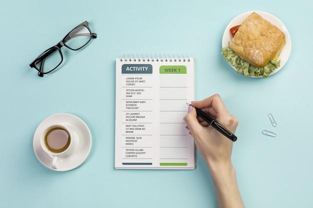 Bovenaanzicht notebook met dagelijkse taken en koffie Gratis Psd