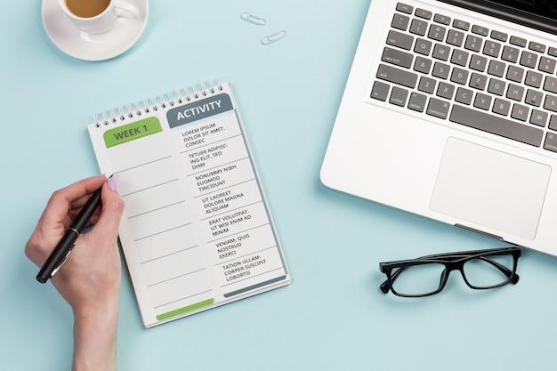 Bovenaanzicht notitieboek met dagelijkse taken om te controleren Gratis Psd