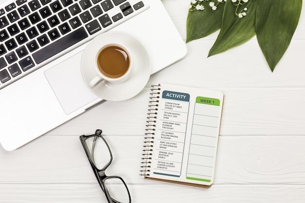 Bovenaanzicht notitieboekje met activiteit en weekplanner Gratis Psd