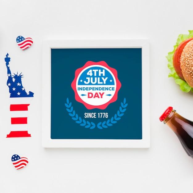 Bovenaanzicht onafhankelijkheidsdag frame met mock-up Gratis Psd