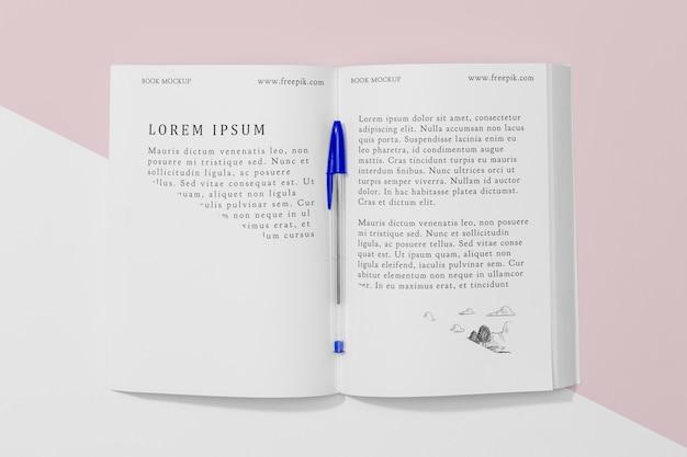 Bovenaanzicht open boek mock-up met pen Gratis Psd