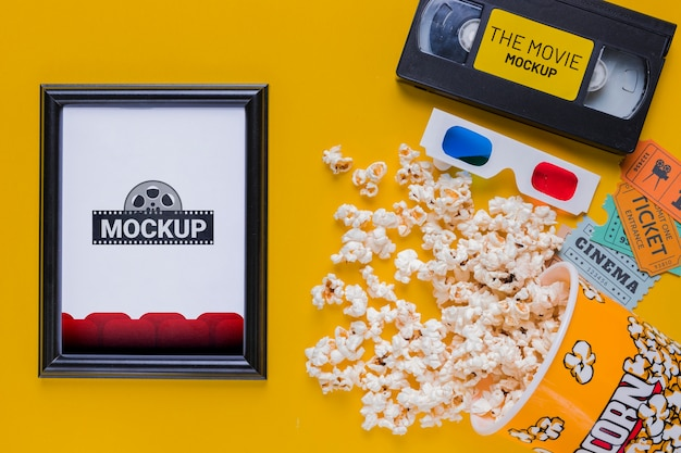 Bovenaanzicht popcorn en oude tape Gratis Psd