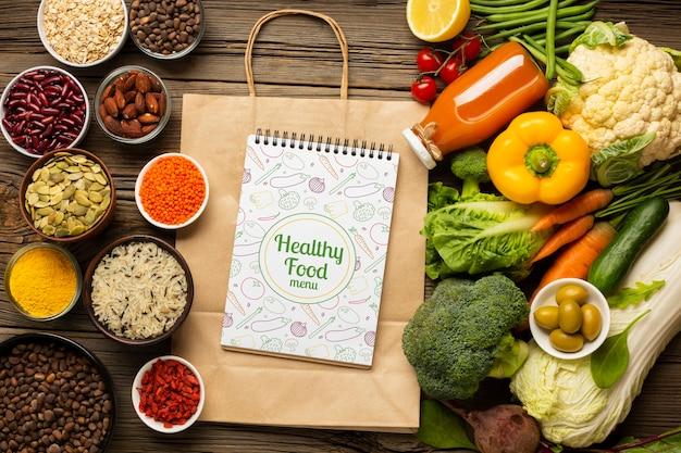 Bovenaanzicht regeling van gezonde natuurvoeding en papieren zakken Gratis Psd