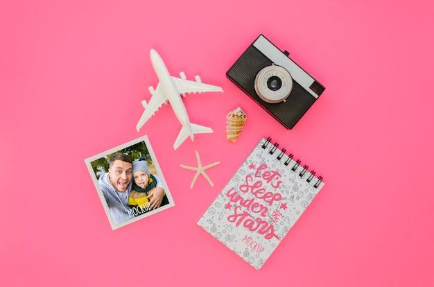 Bovenaanzicht reizen concept met vliegtuig speelgoed Gratis Psd