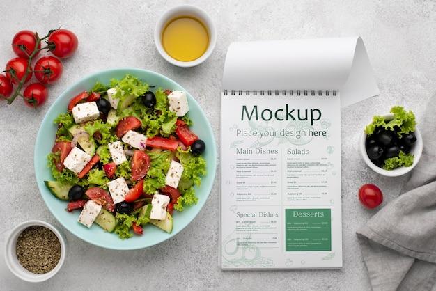 Bovenaanzicht salade en menu-arrangement Gratis Psd