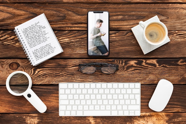 Bovenaanzicht telefoon- en notebookmodel met toetsenbord Gratis Psd