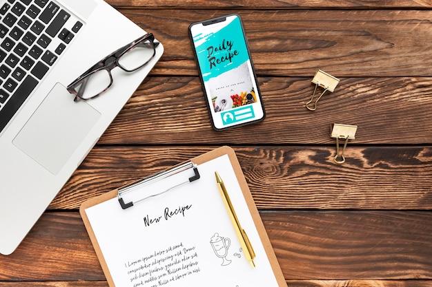 Bovenaanzicht telefoon- en notitieblokmodel met laptop Gratis Psd