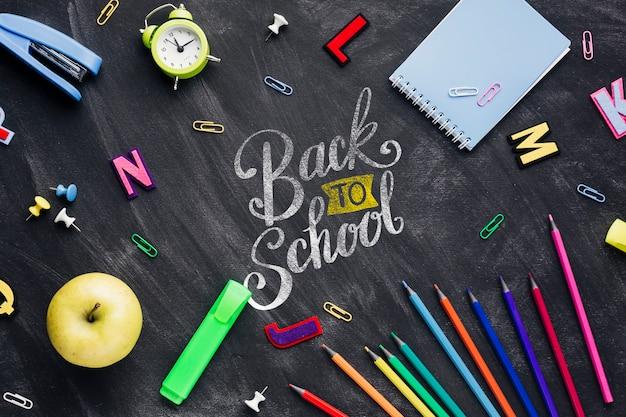 Bovenaanzicht terug naar school concept met schoolbord Gratis Psd