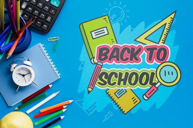 Bovenaanzicht terug naar school met blauwe achtergrond Gratis Psd
