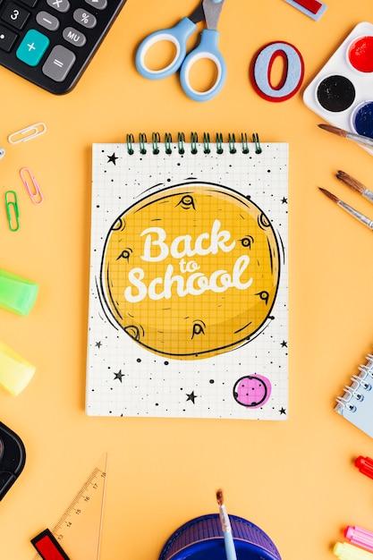 Bovenaanzicht terug naar school met kladblok Gratis Psd