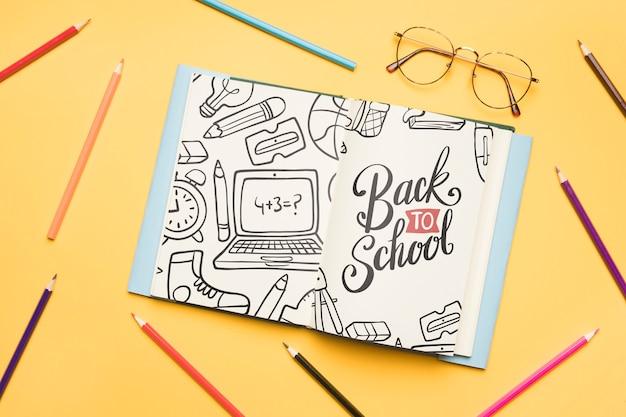 Bovenaanzicht terug naar school met open notitieblok Gratis Psd