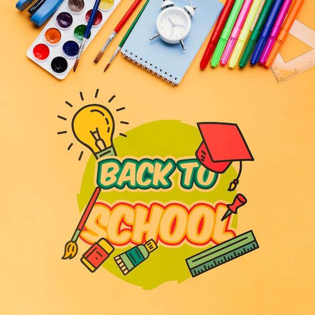 Bovenaanzicht terug naar school met oranje achtergrond Gratis Psd