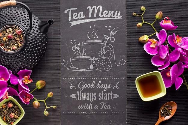 Bovenaanzicht thee menu met kruiden en bloemen Gratis Psd