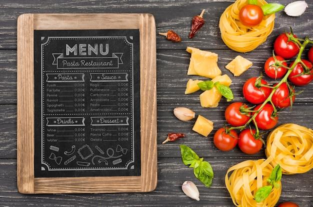 Bovenaanzicht tomaten en pasta arrangement Gratis Psd