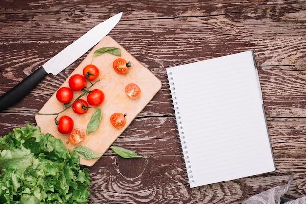 Bovenaanzicht tomaten op tafel Gratis Psd