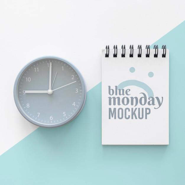 Bovenaanzicht van blauwe maandag notebook met klok Gratis Psd