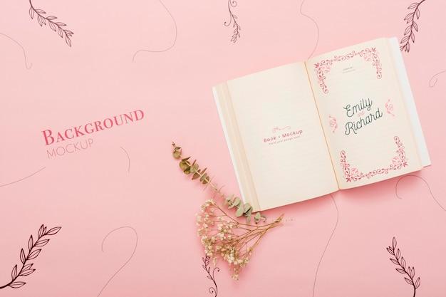 Bovenaanzicht van bloemen en open boek Gratis Psd