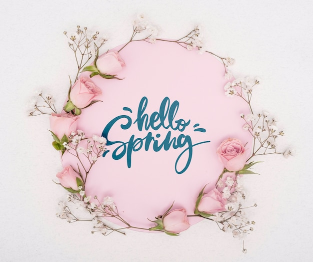 Bovenaanzicht van bloemen en roze lente rozen Gratis Psd