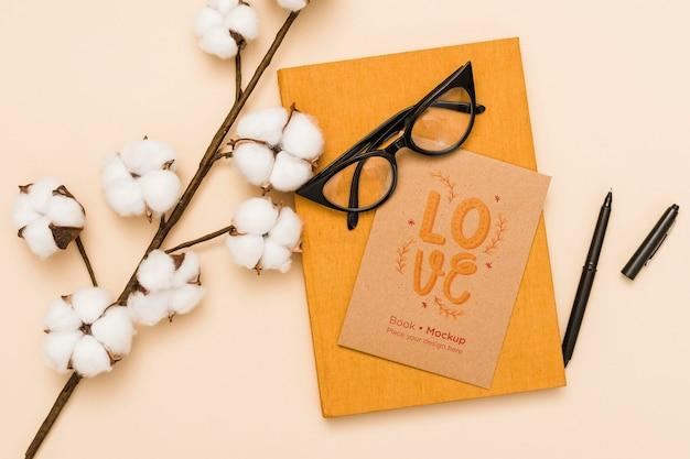 Bovenaanzicht van boek met bril en katoen Gratis Psd
