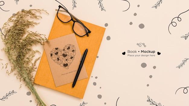 Bovenaanzicht van boek met kaart en glazen Gratis Psd