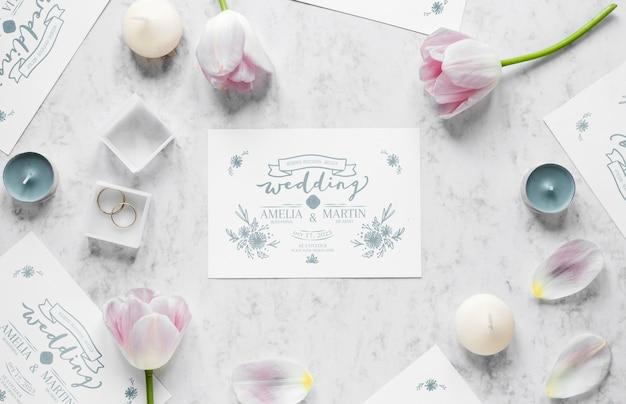 Bovenaanzicht van bruiloft kaart met ringen en tulpen Gratis Psd